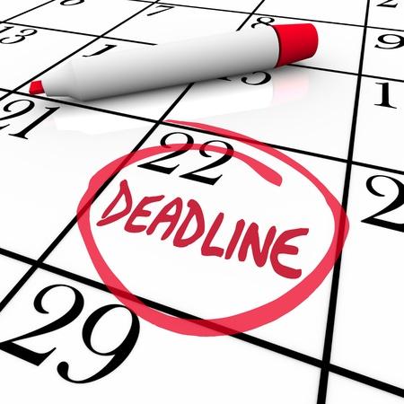 schedules: La fecha l�mite para la palabra un c�rculo en un calendario para recordar una fecha importante de vencimiento o la cuenta regresiva para su respuesta final, el pago, la terminaci�n del proyecto, o el hito fundamental otra Foto de archivo