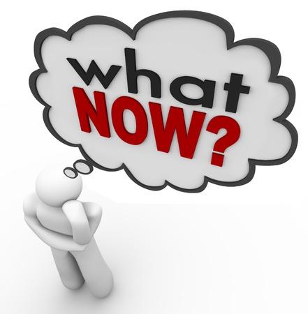 pensador: Las palabras ¿Y ahora qué? en una nube de pensamiento o de burbuja sobre la cabeza de una persona que piensa como él se pregunta sobre el futuro y su destino o el destino Foto de archivo