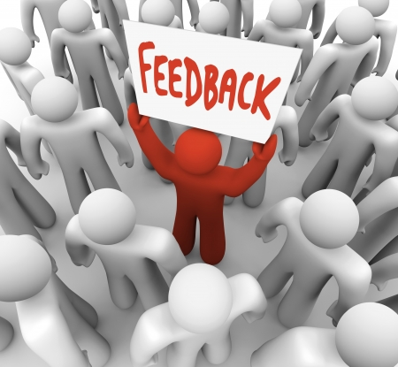 vélemény: Egy embercsoport egy piros ember felemeli a jel olvasás visszajelzés, ami a piackutatás vagy véleményeket kell összegyűjteni, ha tervez egy üzleti stratégia, vagy termék bevezetése