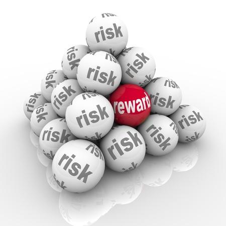 Een piramide van gestapelde ballen elk aanmerkelijk risico met een lezing Reward symboliseert de verborgen voordelen van het nemen van een risico en het overwinnen van een uitdaging met een grote rendement op uw investering van inspanning