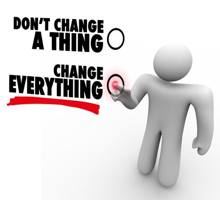 plan de accion: Un hombre presiona un bot�n al lado de las palabras Cambiar Todo para representar la voluntad de aceptar el cambio y seguir una nueva oportunidad para el �xito Foto de archivo