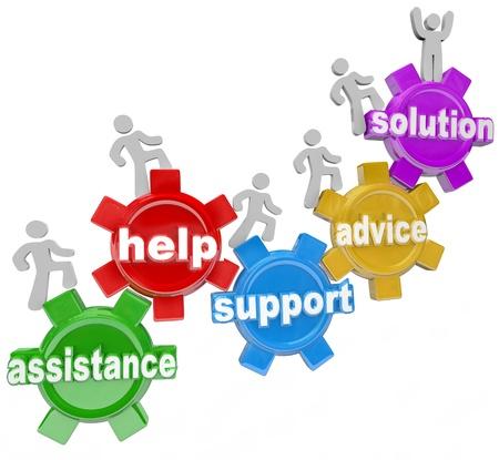 work together: Verschillende mensen stijgt op tandwielen die elkaar helpen om succes te behalen en een oplossing te komen door middel van hulp, hulp, ondersteuning en service, wat neerkomt op teamwork nodig is om een doel te bereiken
