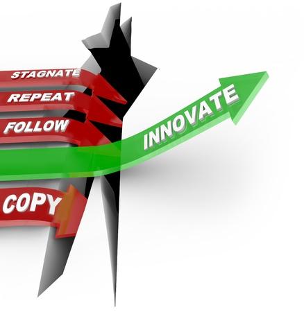 overcoming: La palabra innovar a saltos flecha verde a través de una grieta que representa un reto o la adversidad, mientras que algunas de las flechas rojas marcadas declive se estancan, la repetición y copia y perder la competencia Foto de archivo