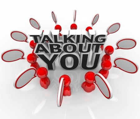 relaciones publicas: Las palabras hablando de ti rodeado de gente que habla con las burbujas del discurso para simbolizar el rumor o la reputación que ha ganado por sus acciones y trabajar