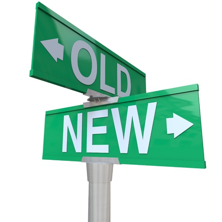 古いものと新しい、古いまたは新しい、何かを選択することができます利点または若者または経験の利点を決定するを指す緑の双方向の道路標識