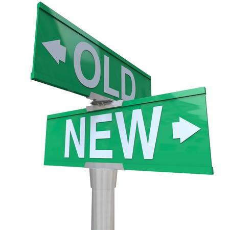 장점: 청소년 또는 경험의 혜택이나 장점을 결정, 당신은 오래된 또는 새로운 무언가를 선택시키는, 이전 및 새를 가리키는 녹색 양방향 거리 표지판 스톡 사진