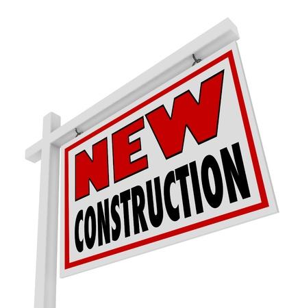 updated: Las palabras de Nueva Construccion de una casa de bienes ra�ces para el cartel de venta colocado fuera de un edificio que es nuevo, actualizado, moderno, y el �ltimo modelo listo para ser Foto de archivo