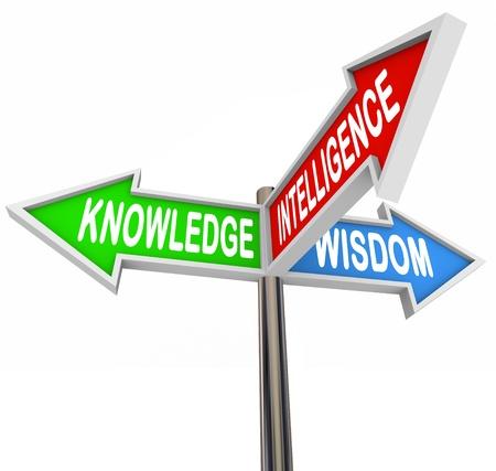 iluminados: Tres señales de flechas de colores la dirección de lectura del Conocimiento, Inteligencia y la Sabiduría y la oferta de información para dar respuesta y asesoramiento en la búsqueda de los hechos y la comprensión Foto de archivo