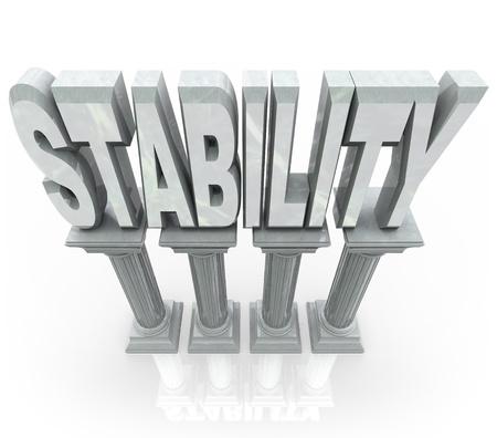 Het woord Stabiliteit op marmeren stenen zuilen die de betrouwbaarheid kracht, veerkracht, looptijd en andere functies die u kunt vertrouwen wanneer die hulp nodig