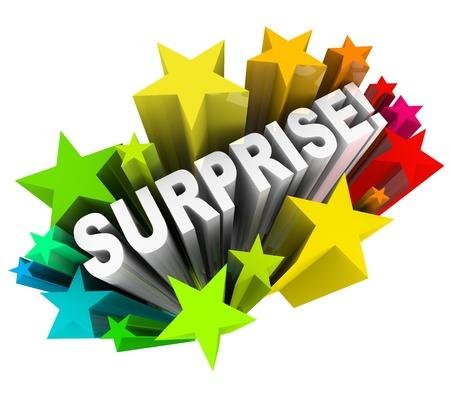 Het woord Verrassing in 3d letters uit een burst van kleurrijke sterren of vuurwerk ter illustratie van de opwinding van leuke nieuws of informatie te schieten Stockfoto