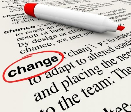 diccionarios: Una p�gina de diccionario con la palabra cambio en c�rculos de definir el t�rmino como la adaptaci�n y la evoluci�n de las condiciones que requieren desplazamiento de su punto de vista o las acciones para sobrevivir y prosperar