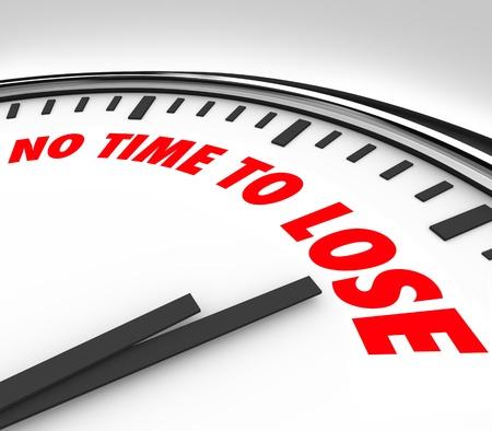 no pase: Un reloj blanco con las palabras No hay tiempo que perder en su cara y las manos contando los minutos finales y las horas hasta el final o plazo Foto de archivo