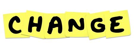 agradecimiento: La palabra cambio en las notas pegajosas amarillas como un recordatorio para adaptar y mejorar, para crecer y tener �xito Foto de archivo