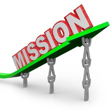 Zespół ludzi podnieść Misję słowo na strzałkę, aby symbolizować grupowy wysiłek w osiągnięciu celu i osiągając poziom realizacji