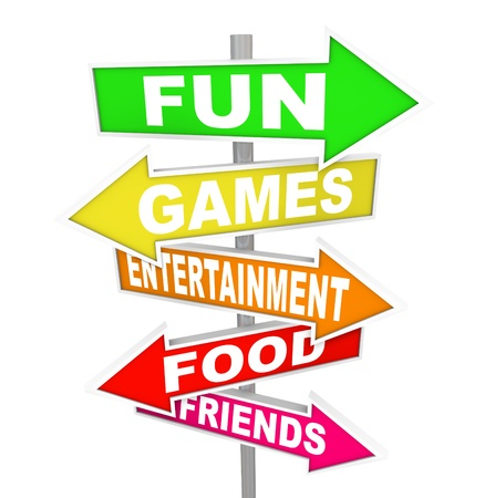 actividades recreativas: La diversión palabras, juegos, entretenimiento, comida y amigos en varios coloridos carteles flecha direccional que lo llevan a eventos y actividades para pasar un buen rato con la recreación y festividades