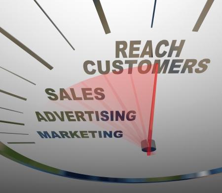 Un velocímetro con las carreras de la aguja a las palabras lleguen a los clientes, el aumento más allá de la publicidad los términos de Marketing y Ventas para formar un plan de negocios exitoso para lograr el crecimiento
