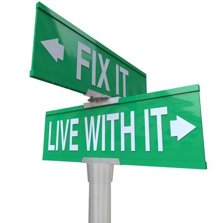 tolerancia: Green calle de dos sentidos señal que apunta a Fix It o Live With It