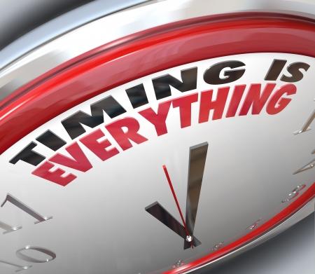 De woorden Timing is alles op een klok op het belang van op tijd, punctueel en de snelheid van een snelle reactie te illustreren om te profiteren van kansen en vordering succes Stockfoto