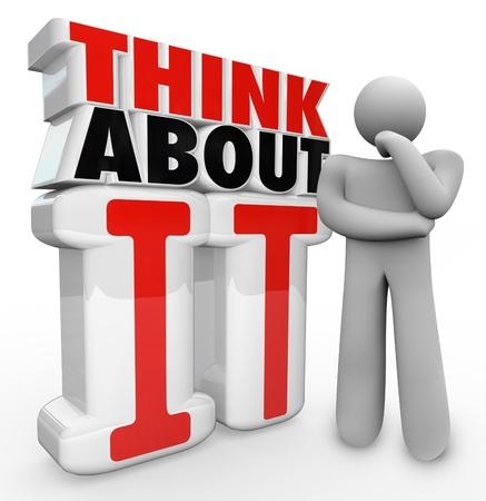 pensador: Un hombre de pensamiento plantean está al lado de las palabras Piense en ello para ilustrar maravilla, la incertidumbre, la innovación, las ideas, la preocupación, la confusión y la concentración Foto de archivo