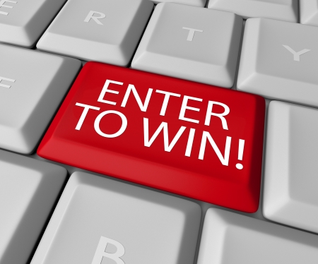 tecla enter: Una de las claves de color rojo en un teclado de ordenador con las palabras Participe y Gane, que le animan a presionar un botón y entrar en una rifa, lotería o sorteo y ganar un premio mayor, premio u otra valiosa