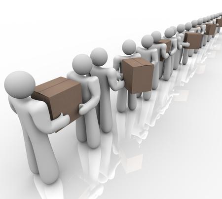 coordinacion: Una serie de personas que llevan y la entrega de cajas de cartón y paquetes para representar a la logística, entrega y envío organizado de los materiales necesarios en los negocios Foto de archivo