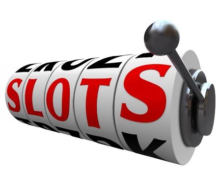 slots: Las ranuras de palabras en las ruedas que hacen girar de una m�quina tragaperras del casino, que ilustran el resultado de riesgo e incertidumbre de los juegos y apuestas en juegos de azar