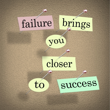 actitud positiva: El fracaso de las palabras te acerca al éxito en pedazos de papel pegados a un tablón de anuncios, encouraing usted vea a un reto como una oportunidad que es un paso para tener éxito en un objetivo