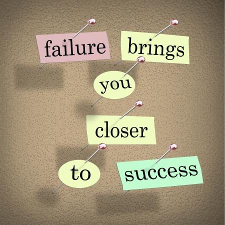 L'échec mots vous rapproche de la réussite sur des morceaux de papier épinglées sur un babillard, encouraing vous pour voir un défi comme une opportunité qui est une étape pour réussir dans un but Banque d'images