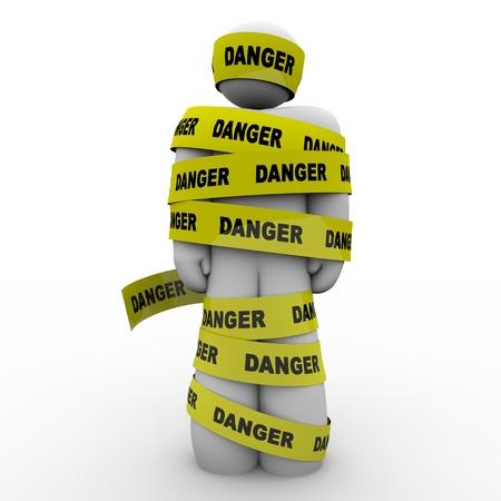노란색 테이프로 싸서 사람이나 사람이 경고,주의, 위험, 위기 또는 긴급을 설명, 위험을 표시 스톡 콘텐츠