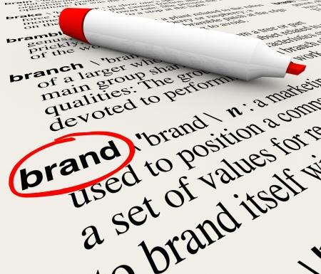 Het woord Brand gedefinieerd in een woordenboek met definitie uitgelegd om het bewustzijn, branding, loyaliteit, identiteit en waarde te benadrukken Stockfoto