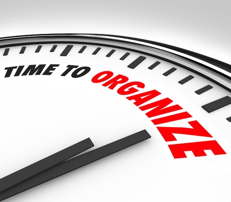 De woorden Tijd om organiseren op een witte klok om nu communiceren is het moment om dingen op orde te krijgen, de coördinatie van een puinhoop, een proces of systeem om dingen netjes, schoon en netjes