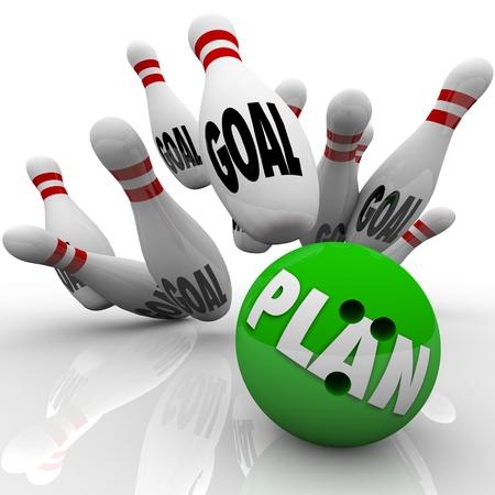 doelen: Een groene bowlingbal met het woord Plan op het raakt veel pennen met het woord doel te symboliseren doelen en missies worden bereikt en tot stand gebracht met een effectieve strategie Stockfoto