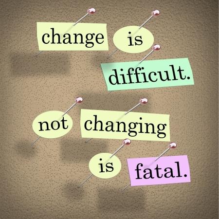 Il detto o Cambia motto è difficile, non cambiare è irreversibile con parole incollati su una bacheca Archivio Fotografico - 15014275
