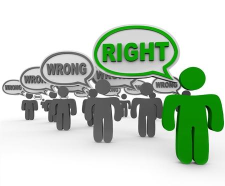 Een persoon of student uit meerdere mensen in een klas of publiek zegt het juiste antwoord of het woord, terwijl vele anderen spreken van een verkeerd of onjuist antwoord Stockfoto