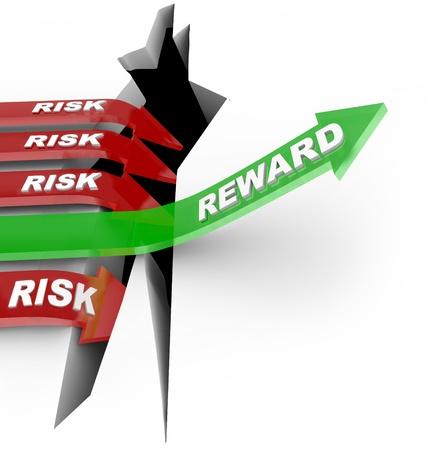 rendement: Het woord Beloning op een pijl stijgt boven een gat, terwijl anderen met Risk woorden in den kuil vallen om het verlies van een slechte investering te illustreren