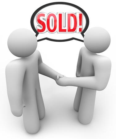 transaction: Een verkoper en klant, of koper en verkoper, schudden elkaar de hand te symboliseren en maak officiële een verkooptransactie, met het woord Verkocht in een tekstballon boven hun hoofd Stockfoto