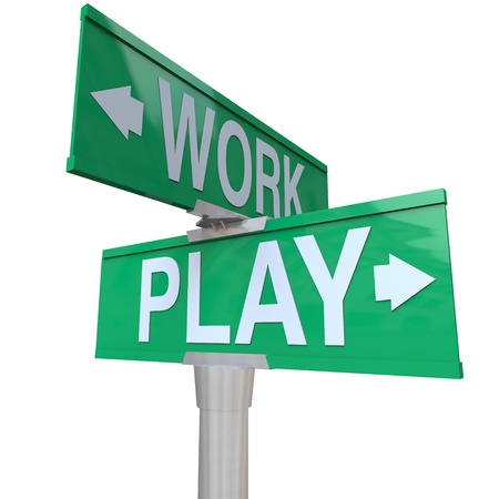 unequal: Un verde avenida de doble v�a se�al que apunta a trabajar y jugar para recordarle que debe equilibrar su vida entre el trabajo y la relajaci�n a trav�s de actividades divertidas, tales como el entretenimiento y las vacaciones