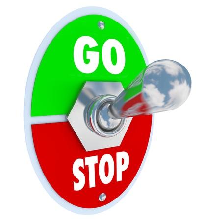 uaktywnić: Metalowy przełącznik GO czytaniu płyty i zatrzymał się, odwrócił do góry lub na stanowisku do rozpoczęcia procesu lub początek nowego rozdziału lub zdarzenie Zdjęcie Seryjne