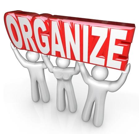 coordinacion: Un equipo de ayudantes o personal de apoyo levantar la palabra Organizar para ayudarle a coordinar y organizar en los negocios o en la vida Foto de archivo