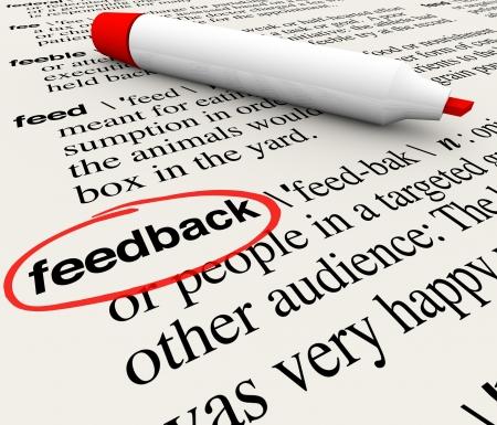 Het woord feedback omcirkeld in een woordenboek met de definitie die meningen, kritiek, respons op de enquête en andere woorden en zinnen