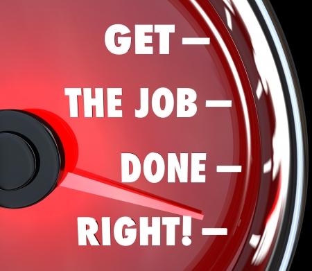 levantandose: Un veloc�metro rojo con las palabras Consigue un trabajo bien hecho que representa una misi�n cumplida y un objetivo dado cuenta completado y terminado u objetivo Foto de archivo