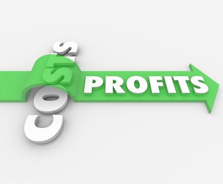 ganancias: Los beneficios de la palabra en una flecha verde que salta sobre los costos que simbolizan una reducción de los pasivos como resultado un aumento de la rentabilidad Foto de archivo