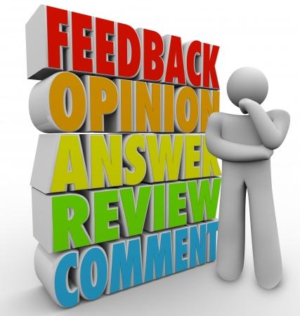 encuestando: Una persona, hombre, cliente u otra piensa en su comentario, comentario, respuesta, comentario u opinión a una pregunta o la compra de productos Foto de archivo