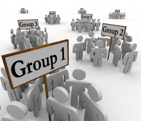 서로 다른 진영에있는 사람들의 여러 그룹 부문, 팀워크, segregtaion 회중을 대표하는 그룹 1, 2 등으로 표시 징후 또는 배너 주위에 모여