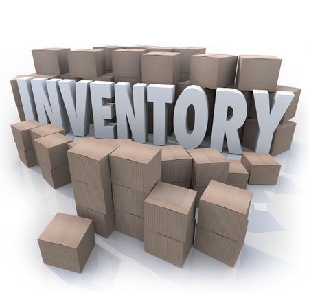 inventario: Un superávit o exceso de oferta de productos en cajas de cartón en un almacén o bodega con el Inventario de palabra en el lío de las pilas de cajas y pilas