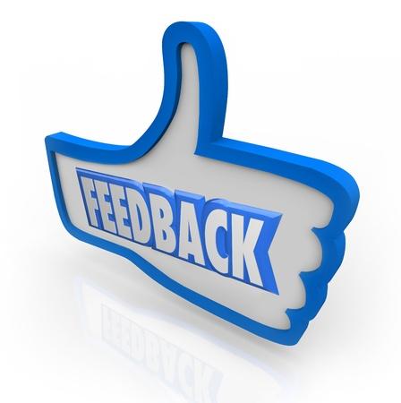 El Feedback palabra en un pulgar hacia arriba azul que indica positivos comentarios y opiniones de los clientes y otras personas de su público o círculo de amigos y familiares Foto de archivo