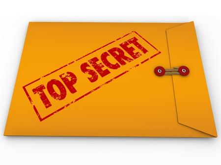 investigaci�n: Un sobre amarillo con un sello rojo con la palabras Secret Top transmitir que la informaci�n privilegiada es un secreto, privado, mensaje confidencial, restringido Foto de archivo