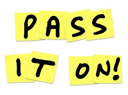 comunicación escrita: Las palabras Pass It On escrito en notas adhesivas amarillas para ilustrar una noticia, actualizaci�n, alerta, informaci�n, comunicaci�n y difusi�n de mensajes a un grupo m�s grande