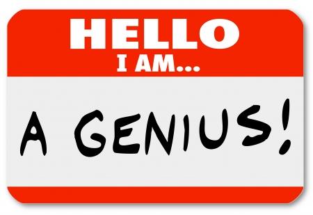 communication �crite: Un badge rouge avec les mots Bonjour je suis un g�nie qui pourrait �tre port� par un expert brillant ou personne tr�s intelligente, ou quelqu'un qui est un fanfaron et vantard qui pense beaucoup de bien de lui-m�me