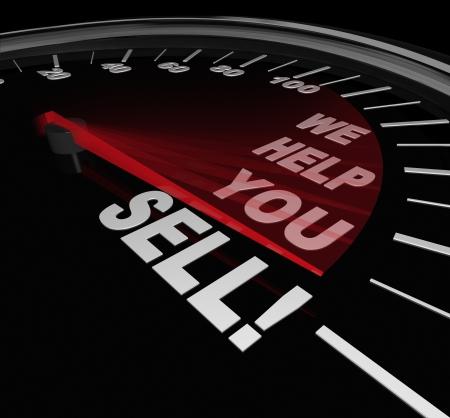cerrando negocio: Las palabras le ayudamos a vender en una l�nea con la aguja del veloc�metro llegando a representar el �xito de ventas gracias a un consultor u otro asesoramiento experto oferta o venta de mejora del servicio Foto de archivo